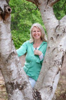 Ellen Weijers met boom